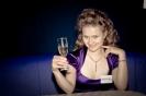 Бокал шампанского от ресторана во время вечеринки быстрых свиданий